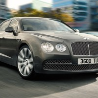 Bentley Flying Spur V12: спереди справа